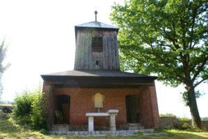 Drewniana XIX-wieczna dzwonnica w Jugowicach